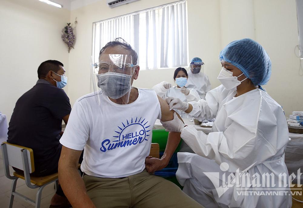 Người dân Hà Nội đi tiêm vắc xin Vero Cell