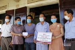 Báo VietNamNet trao gần 46 triệu đồng cho bé gái bị bỏng xăng