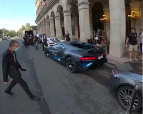 Siêu xe Bugatti Divo lùi quá đà tông vào đầu xe Mercedes CLS