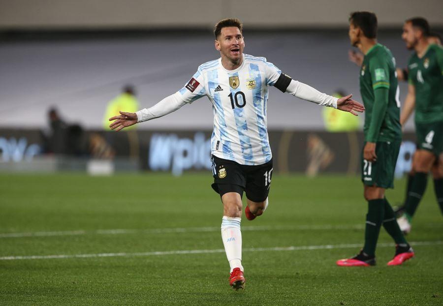 Xem Messi 'xâu kim' đối thủ, ghi siêu phẩm cho Argentina