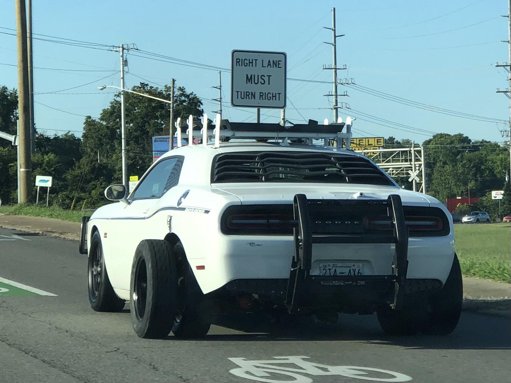 Bắt gặp chiếc Dodge Challenger ra đường với bộ lốp đôi kỳ dị