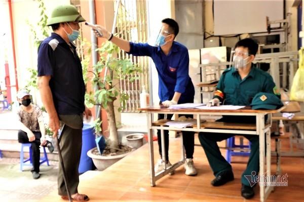 Người dân Hà Nội ngồi giãn cách chờ tiêm vắc xin Vero Cell