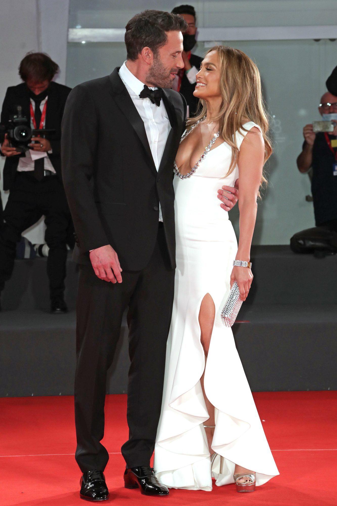 Jennifer Lopez diện váy hở ngực, ôm hôn Ben Affleck tình tứ