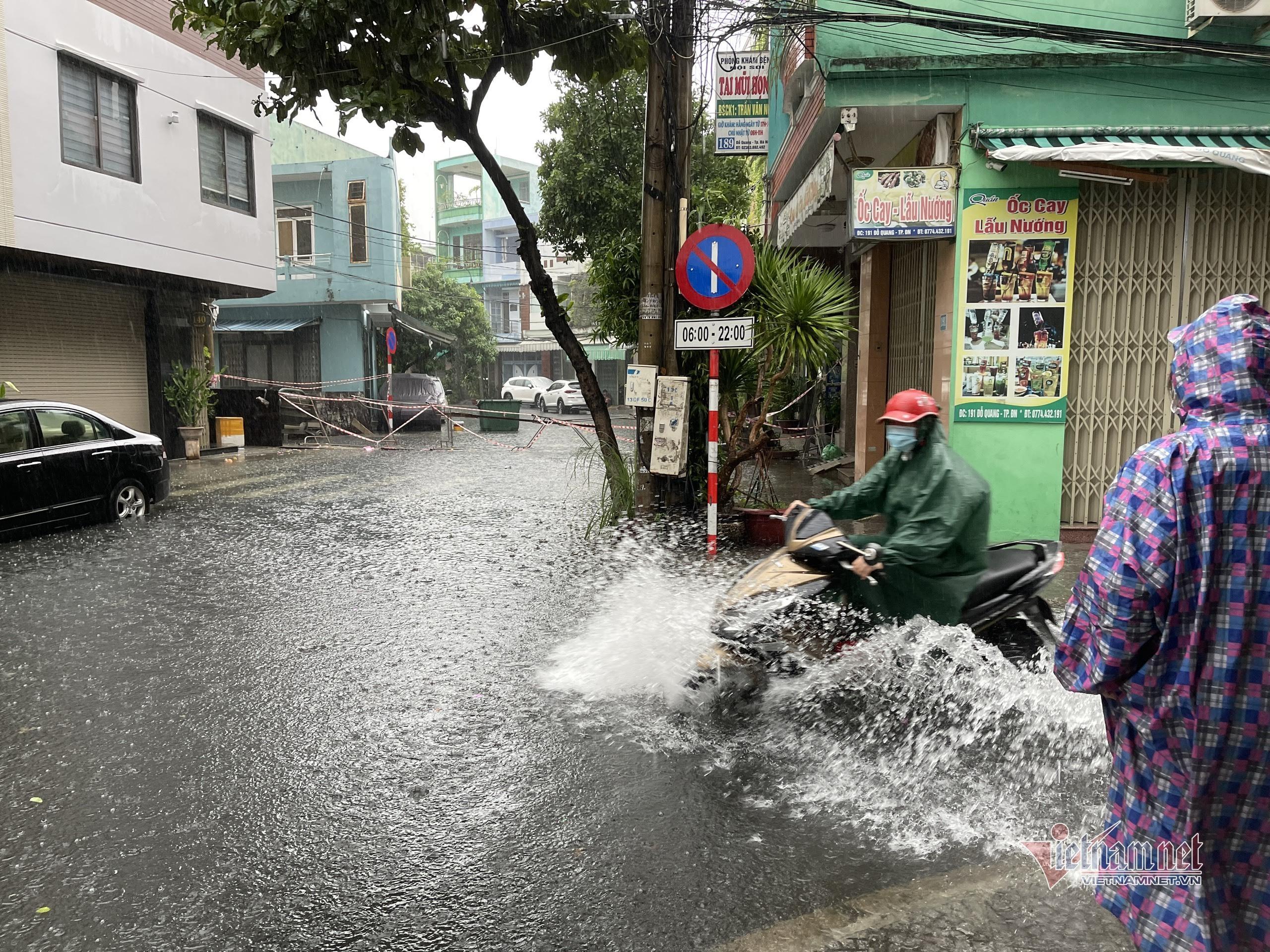 Mưa trắng trời, nhiều tuyến phố ở Đà Nẵng ngập úng