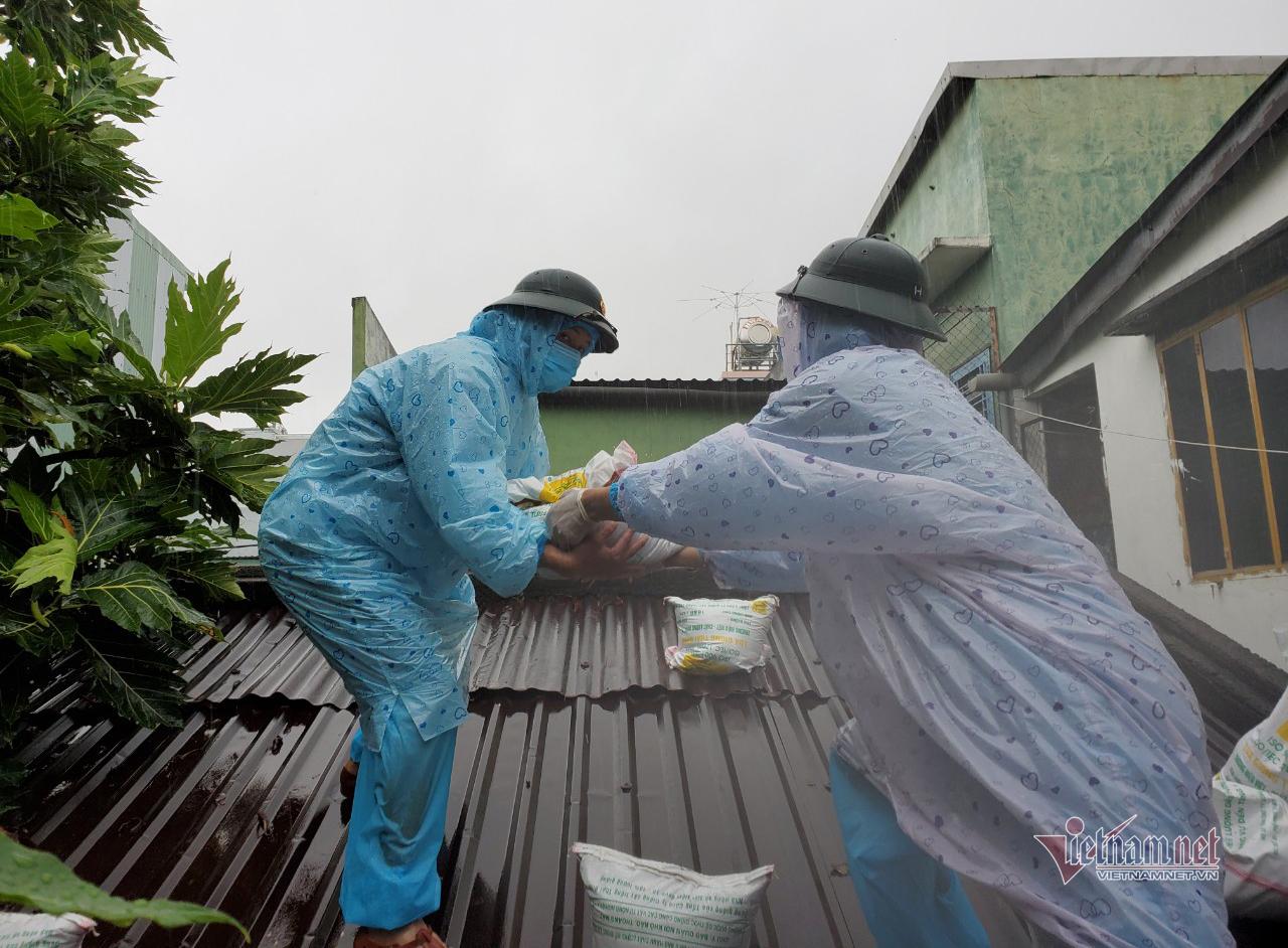"""Bộ đội dầm mưa xúc cát, chèn mái tôn giúp người dân """"vùng đỏ"""" chống bão"""