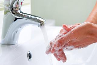 Dùng chung nhà vệ sinh có nguy cơ lây nhiễm Covid-19 không?