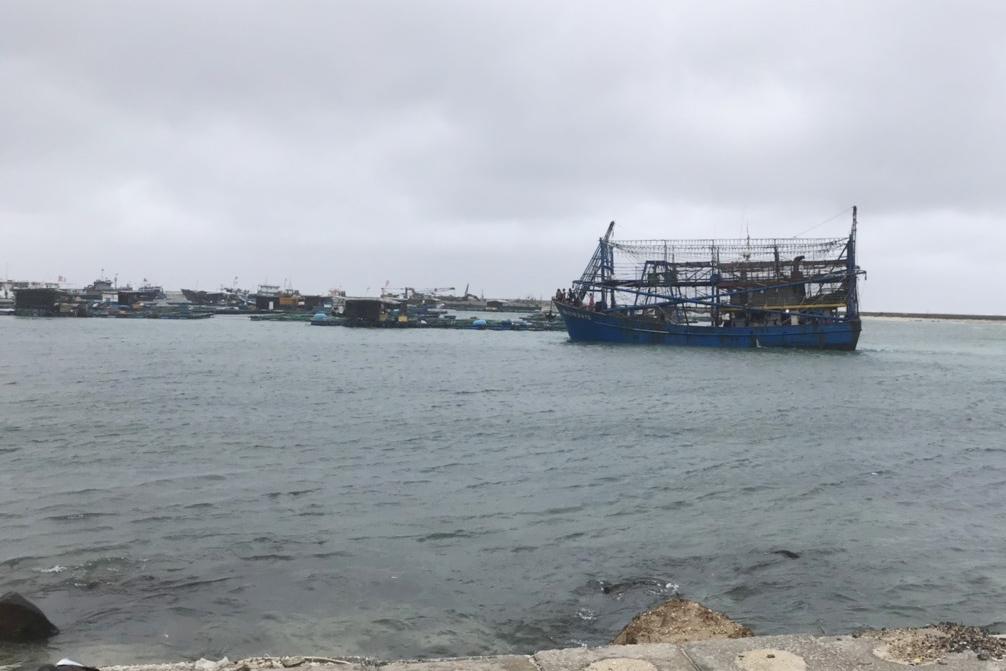 Tàu kéo sà lan gặp nạn khi vào đảo Lý Sơn tránh bão, ứng cứu 13 thuyền viên