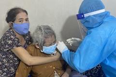 Gõ cửa từng nhà tiêm vắc xin phòng ngừa Covid-19 cho người già, khuyết tật