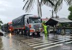 Bão số 5 suy yếu, miền Trung mưa tầm tã