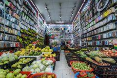 Cửa hàng điện thoại thành quầy nông sản giữa phố cổ