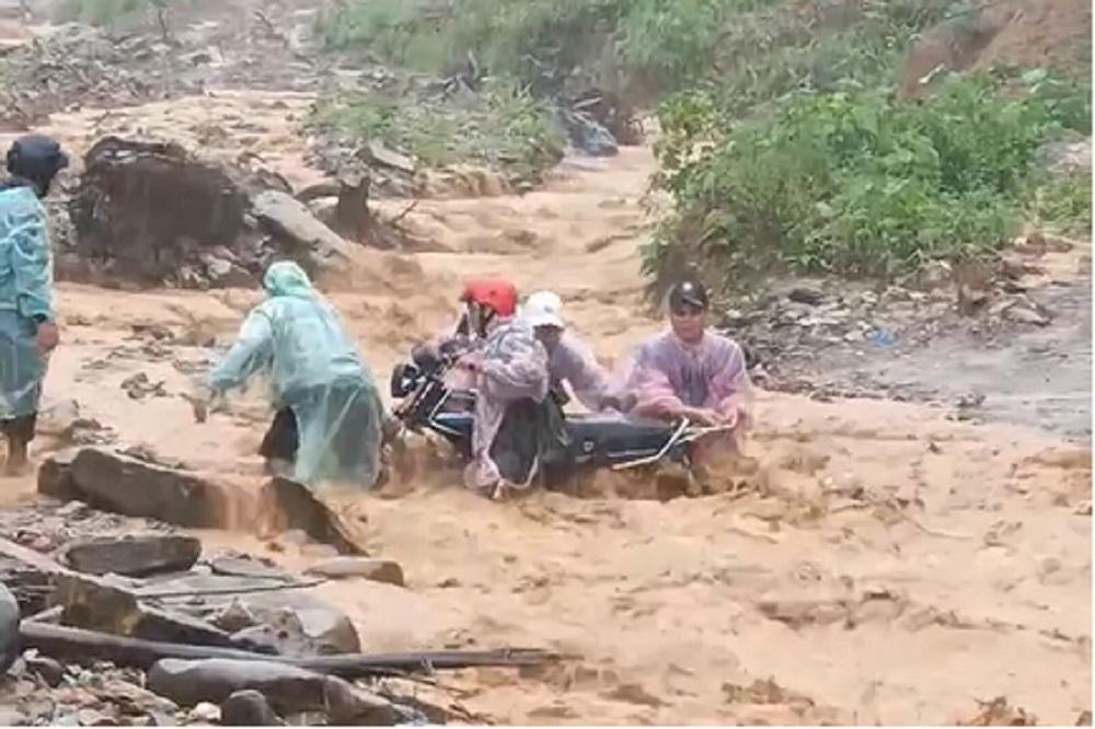 Thót tim hình ảnh nhóm người ở Quảng Nam vượt dòng lũ cuồn cuộn để về nhà