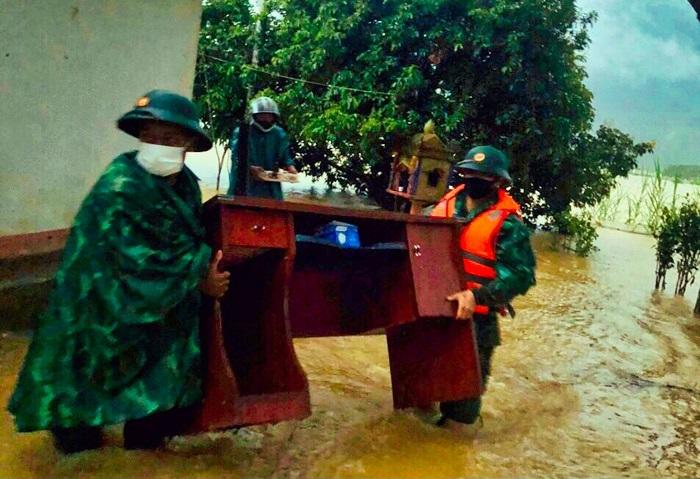 Bộ đội biên phòng dùng dây dù vượt lũ, cứu 5 người dân