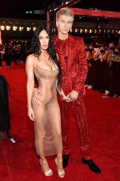 'Bom sex' 3 con Megan Fox mặc cũng như không lên thảm đỏ