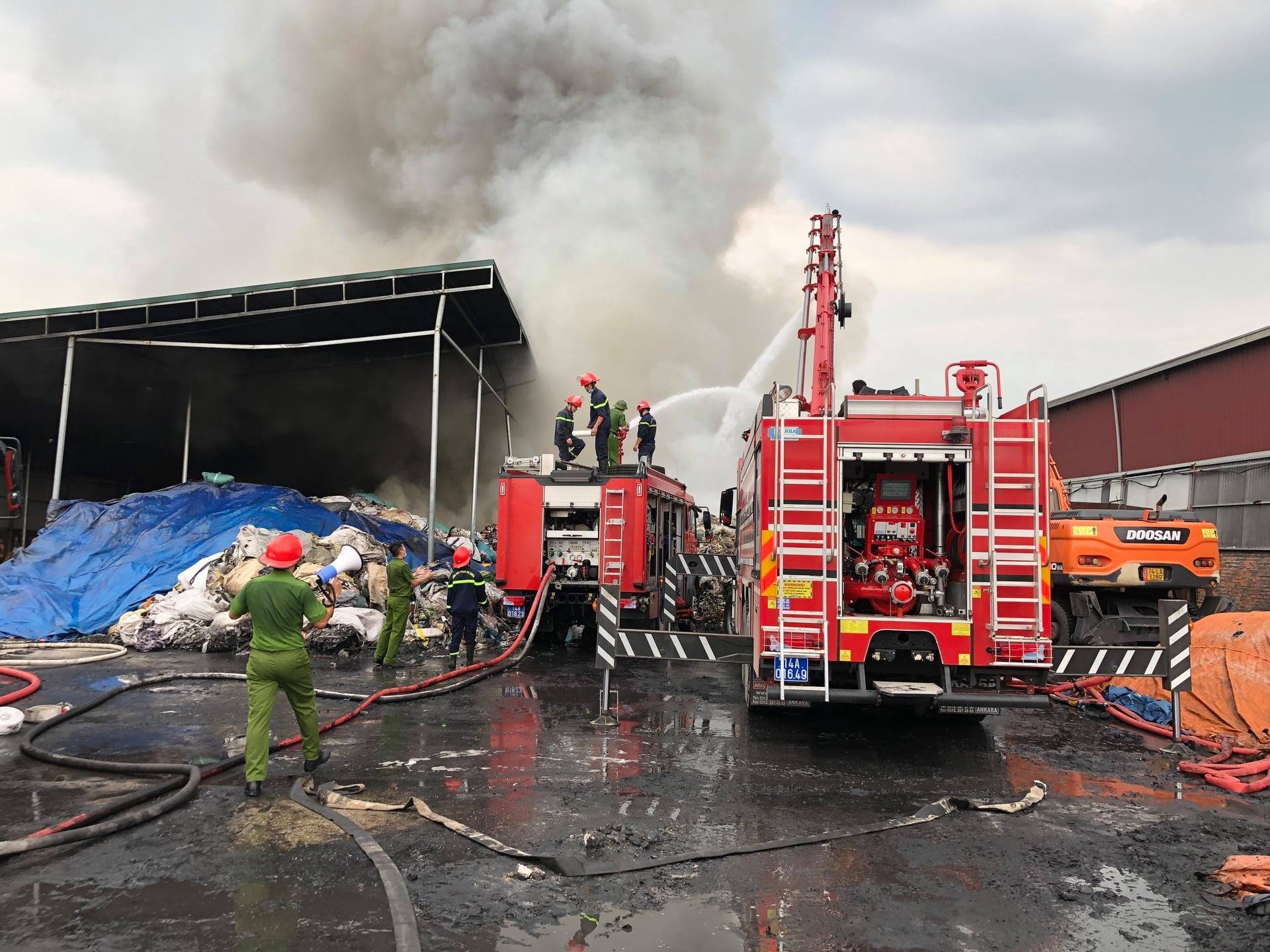 Cháy dữ dội tại kho chứa vải khu công nghiệp ở Quảng Ninh