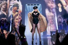 Madonna cởi áo trên sân khấu khoe thân hình nóng bỏng ở tuổi 63