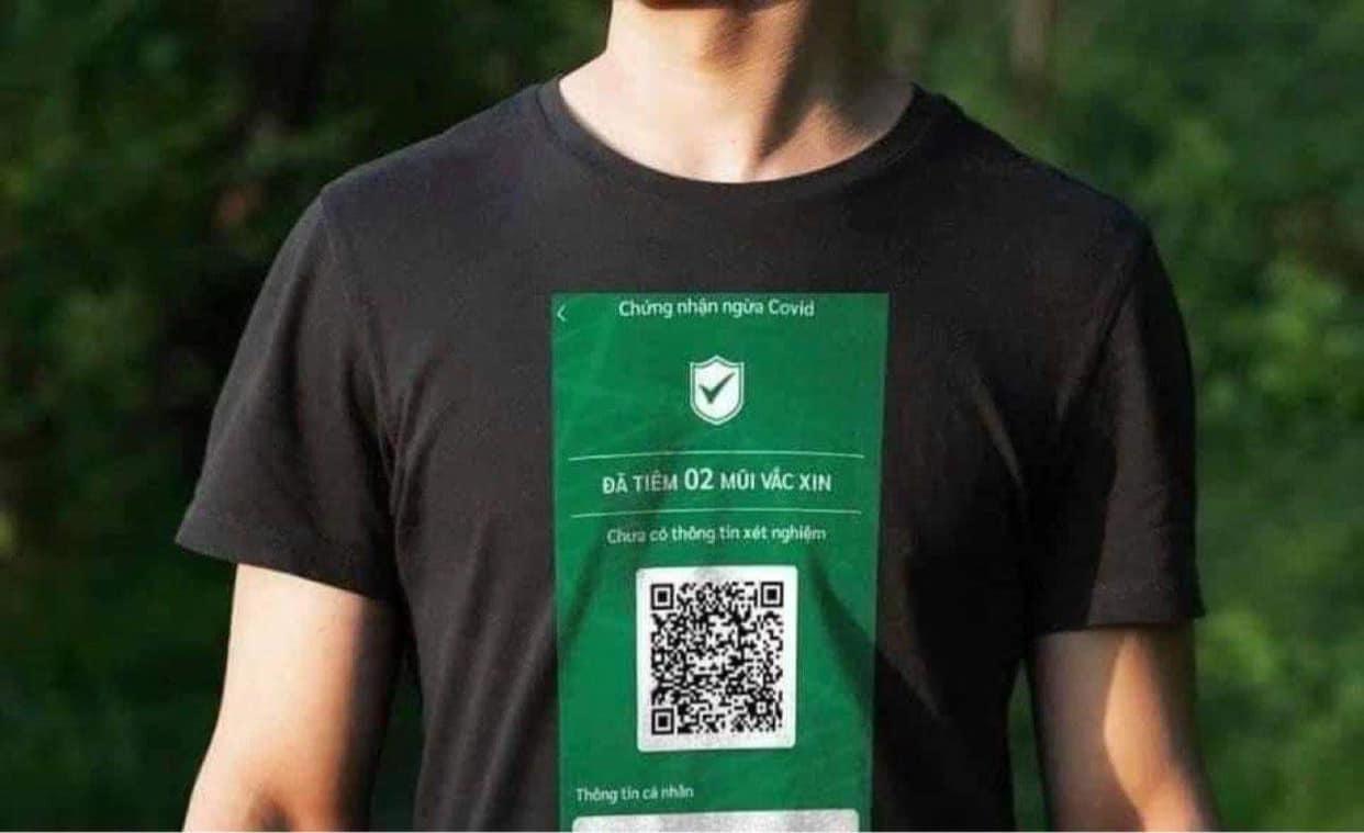 Áo phông in mã QR chứng nhận tiêm vắc xin bất ngờ gây xôn xao