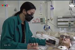 Vợ Trần Mạnh Tuấn nắm tay, bật nhạc cho chồng trong phòng điều trị tích cực