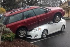 """Subaru Legacy rồ ga """"hạ cánh"""" trên Toyota Camry"""