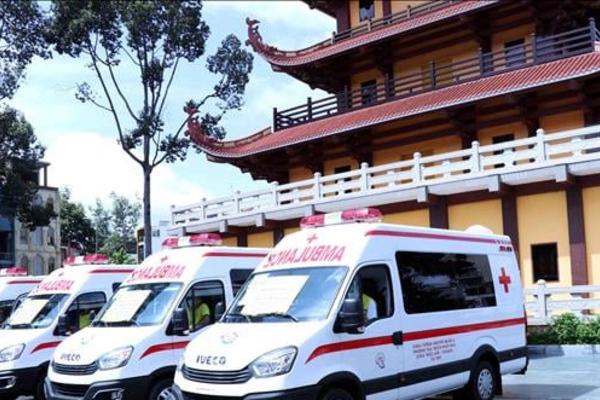 Giáo hội Phật giáo Việt Nam TP.HCM tặng 10 xe cứu thương cho các bệnh viện