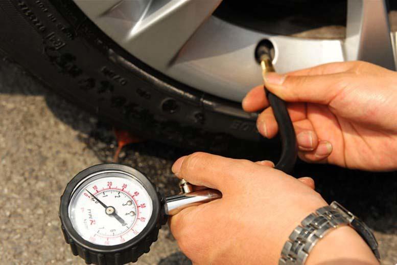 Phụ nữ có nên tậpthói quen đo áp suất lốp xe máy?
