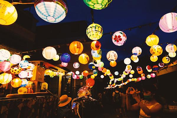 2.500 đèn lồng tinh xảo rực sáng làng chài mùa Trung Thu