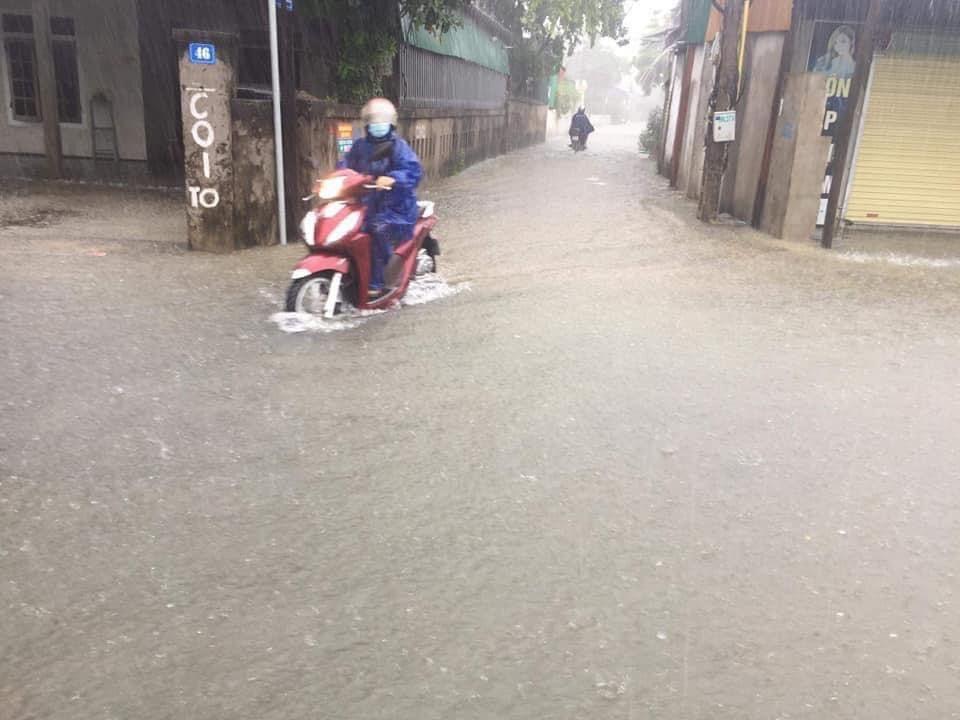 Mưa lớn, quốc lộ và nhà dân ở Hà Tĩnh ngập sâu