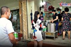 Dân 'vùng xanh' hồi hộp xếp hàng mua phở mang về, quán bán cả nghìn bát/ ngày