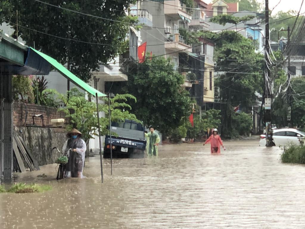 Mưa nhiều giờ, đường phố Hạ Long chìm sâu trong biển nước