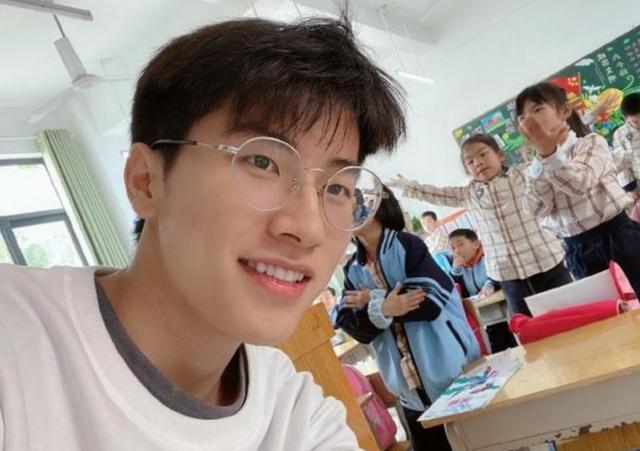 Thầy giáo trẻ về quê dạy học gây 'bão' trên TikTok
