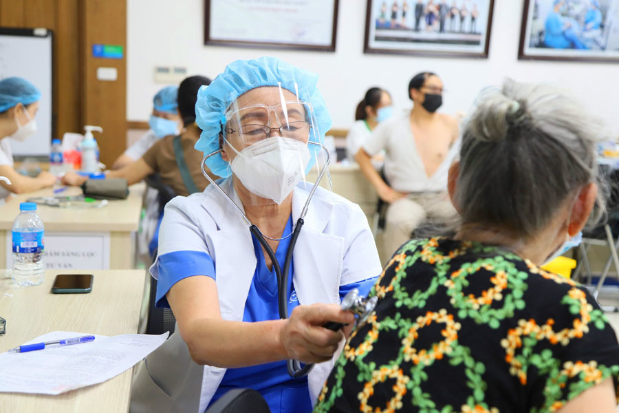 Nữ bác sĩ 72 tuổi tình nguyện đi chống dịch: 'Không thể đứng ngoài cuộc chiến'