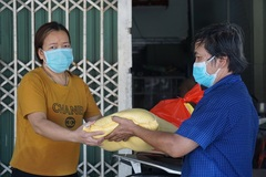 Đà Nẵng phát 500.000 đồng hỗ trợ tới từng nhà dân