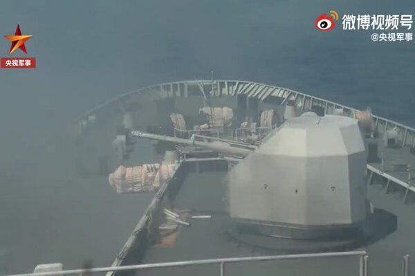 Tàu đổ bộ Trung Quốc diễn tập bắn đạn thật ở Biển Đông