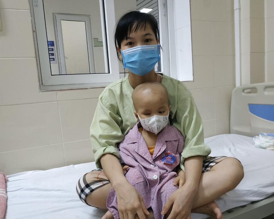 Cha mẹ thất nghiệp do Covid-19, con ung thư hỏng cả 2 mắt