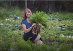 Cô gái bỏ phố vào rừng sống, trút nỗi lo tiền bạc, tự đốn củi, trồng rau