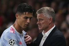 MU lại đấu Man City, Solskjaer hối hận Ronaldo
