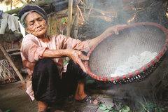 Smoked clay:a decades-old delicacyin Vinh Phuc