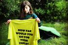 Người đàn ông đi bộ chân trần 1.900km để cứu con gái