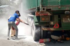 Container bị cháy lốp giữa trời nắng nóng ở Bình Dương