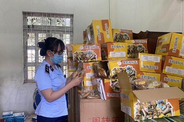 Thu giữ hàng ngàn chiếc bánh trung thu trôi nổi được tập kết tại kho sỉ để bán qua mạng