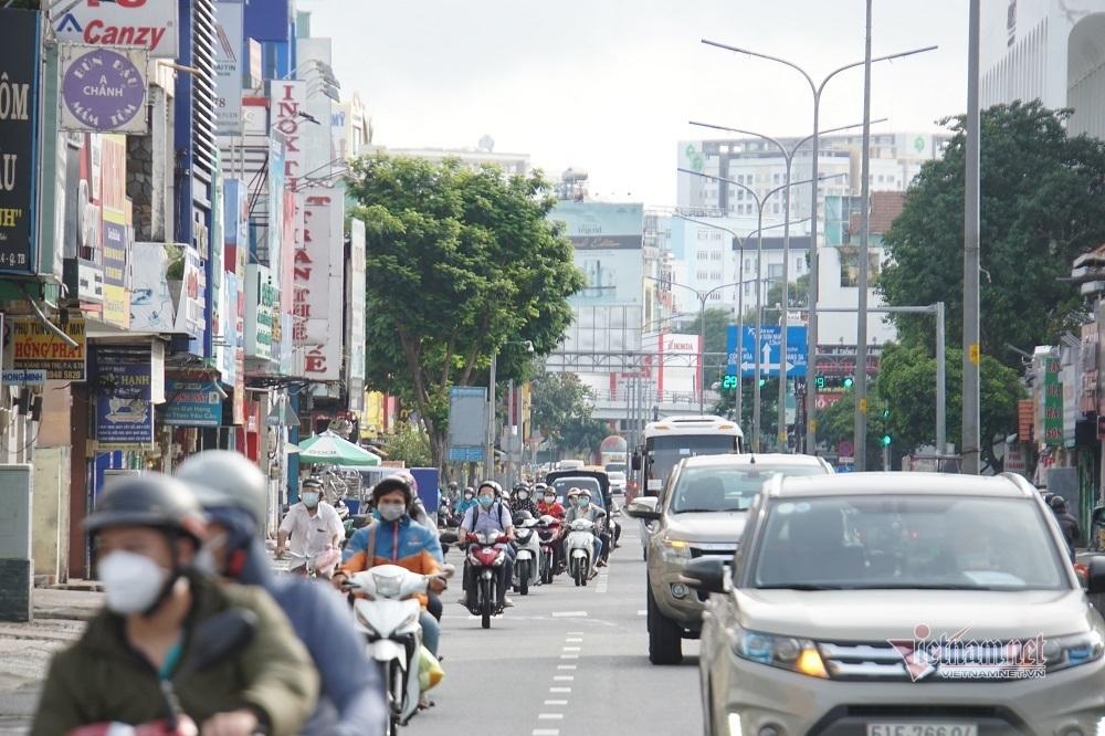 Đông người ra đường ngày đầu TP.HCM nới lỏng nhiều hoạt động