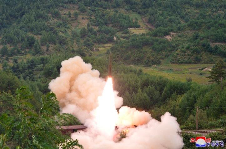 Triều Tiên xác nhận, công bố ảnh phóng tên lửa từ tàu hoả