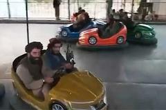 Chiến binh Taliban mang súng vui chơi tại công viên Kabul