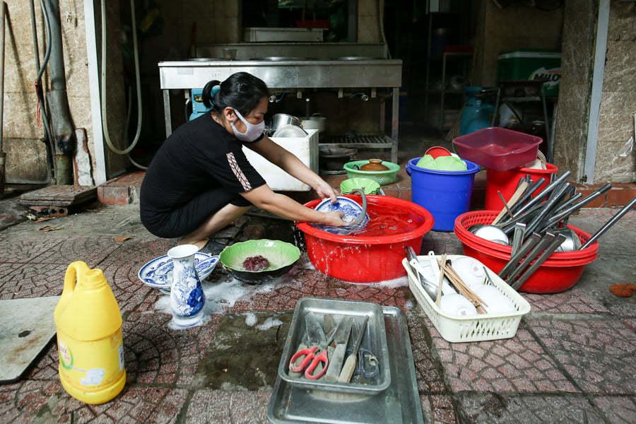 Chủ hàng ăn ở Hà Nội tất bật trước giờ được mở bán mang về