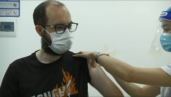 Foreigners in Hanoi delighted to get vaccinated against COVID-19