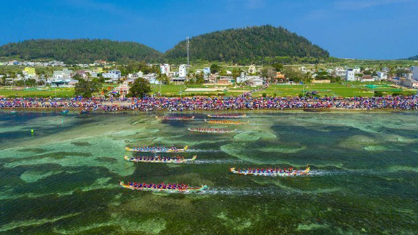 Tu Linh boat racing festival in Ly Son features national ritual, culture