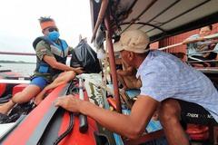 Lái xuồng tặng trăm suất quà cho người dân làng chài ven sông Hồng
