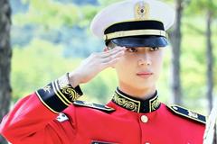 Taemin nhóm SHINee gây sốt với hình ảnh điển trai trong bộ quân phục