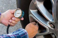 Lý do tài xế luôn cần chuẩn bị sẵn máy đo áp suất lốp ô tô
