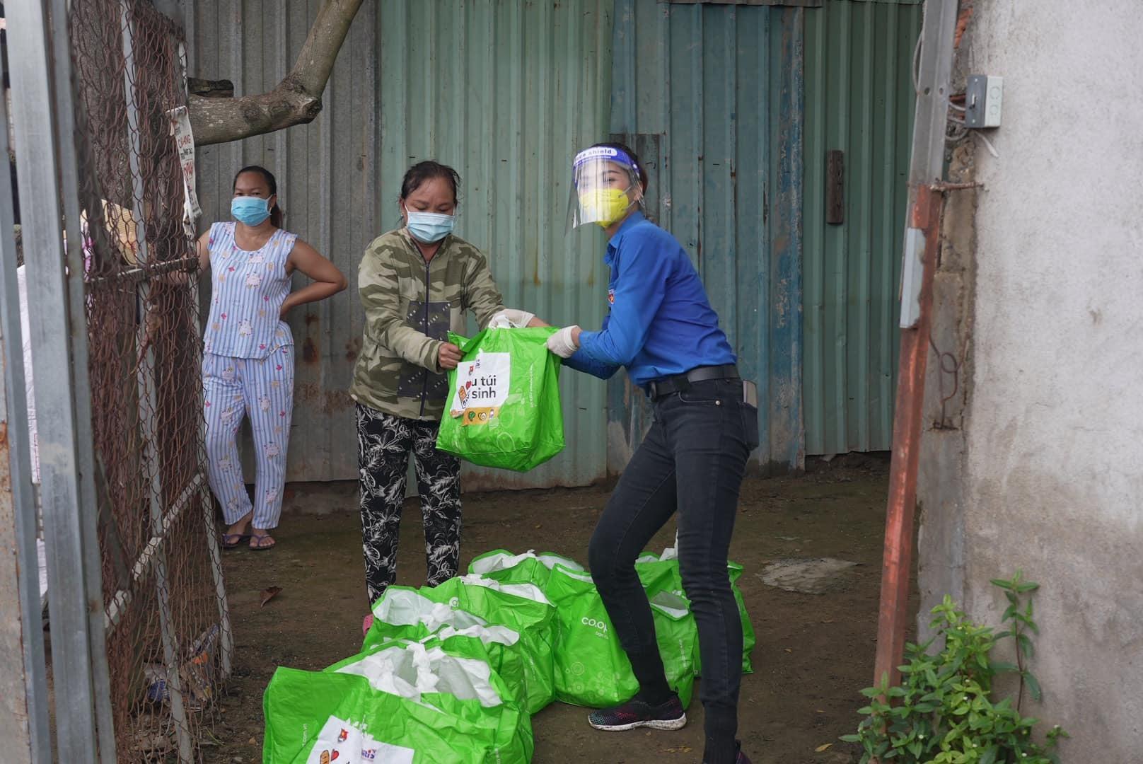 Việt Anh đeo tạp dề làm bếp, Quỳnh Nga trêu chọc