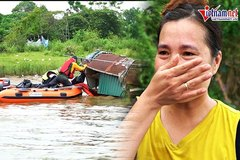 Xuồng hơi 'lướt sóng' sông Hồng, chở hàng trăm suất quà đến từng căn nhà nổi